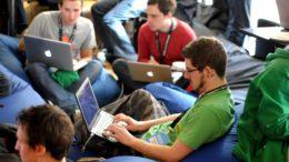 Gruppe von Menschen vor dem Laptop