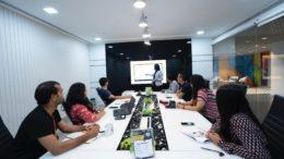 Personen in einem Konferenzraum